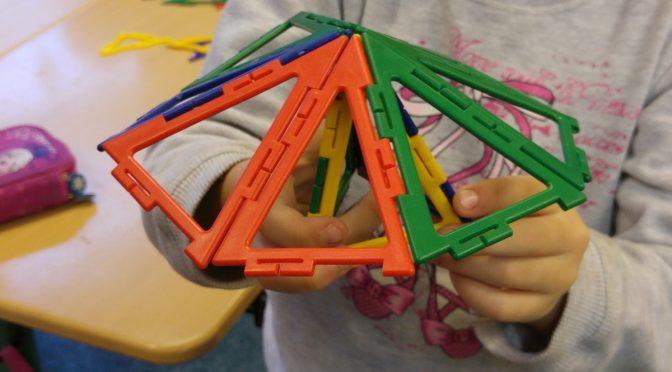 """""""Ein Dreieck, ein Viereck, ein Fünfeck, was nun?"""" – Geometrieunterricht in der 1b"""