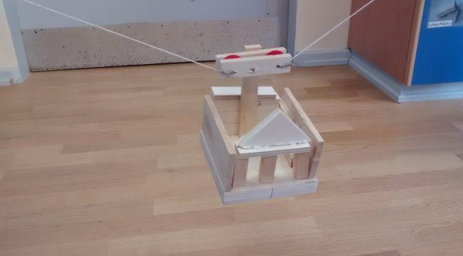 Die Klasse 3a baut Seilbahnen in der Holzwerkstatt