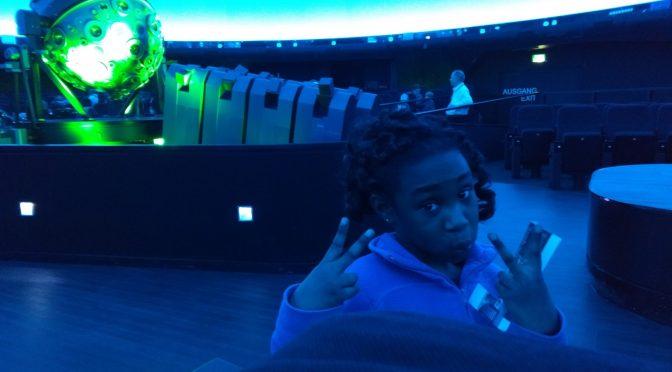 Unser blauer Planet:    Die Klasse 2a besucht das Planetarium